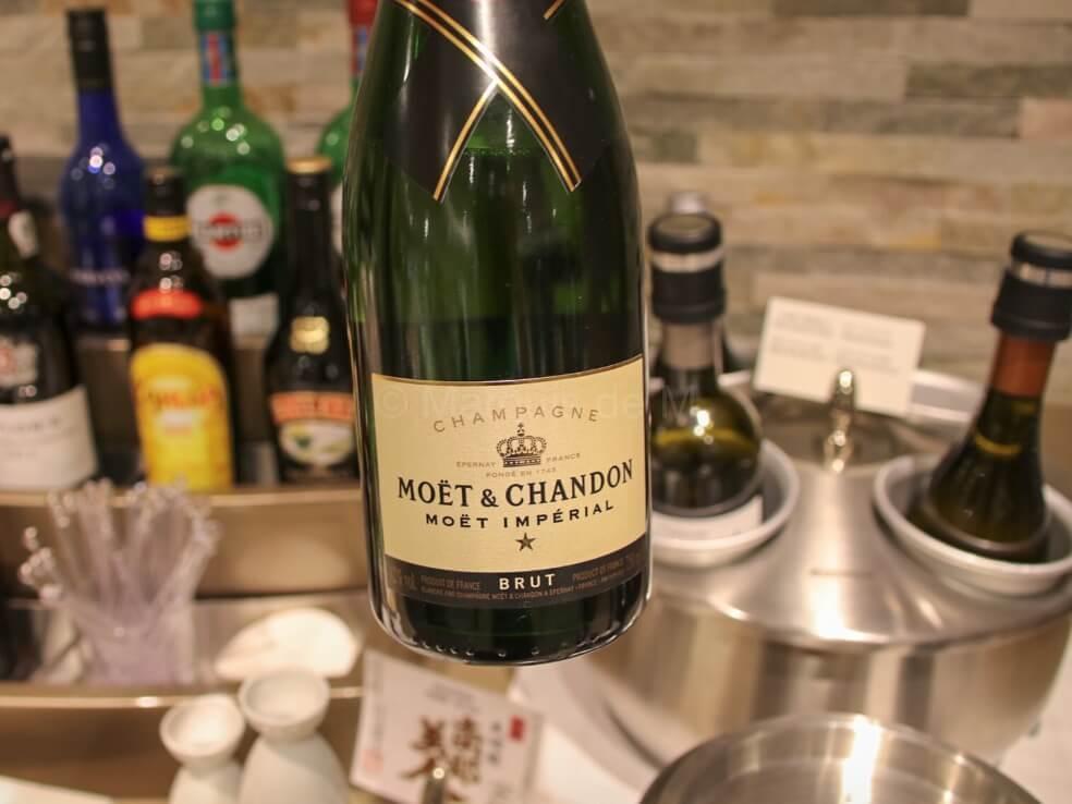 エミレーツ 成田 ラウンジ シャンパン champagne 食事 Emirates Narita lounge dinner meal